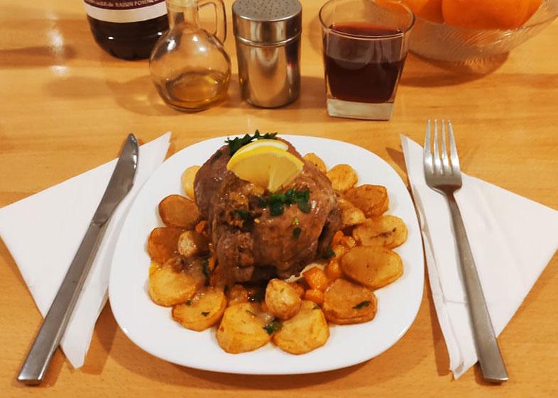 Rôti de bœuf au four avec pommes de terre et carottes