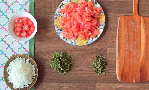 Couper les légumes et les herbes