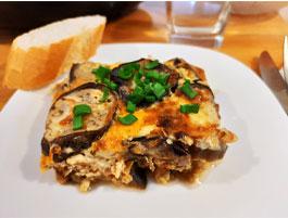 Le service du gratin aubergine et viande hachée