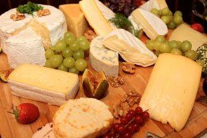 Plateau de variétés de fromages diététiques.
