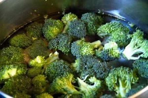 Cuire les brocolis à l'eau
