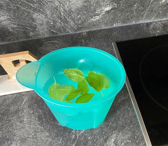 Ajouter le basilic à la boisson