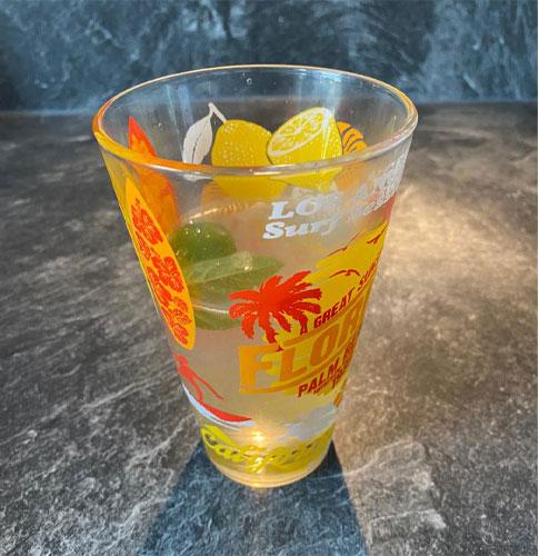 Le service de la boisson citron et basilic