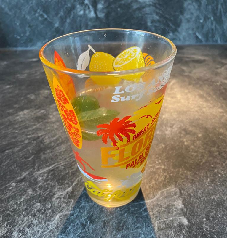 Une boisson détox eau, citron et basilic