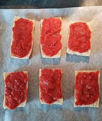 Étalez la sauce tomate