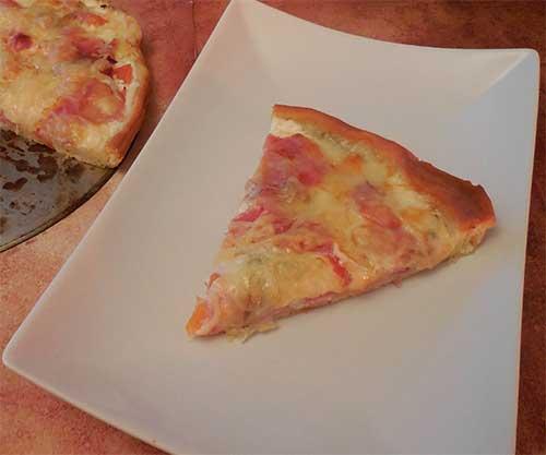 Morceau de pizza tomates et moutarde