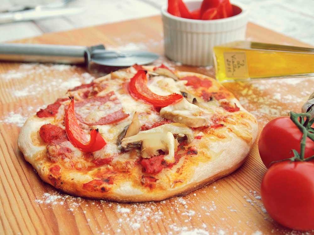 Pizza moutarde et tomates fraîches