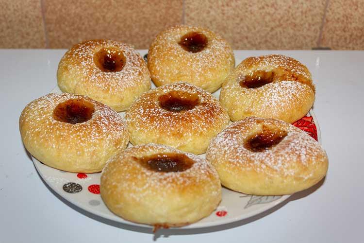 Brioches tchèques à la confiture de fraise