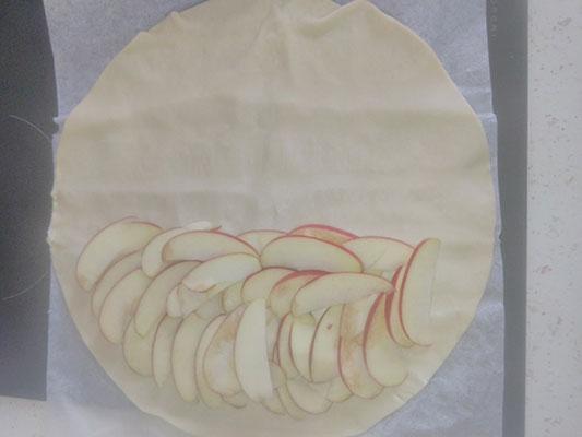 Parsemez la pomme sur la pâte