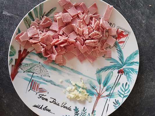 Coupez le jambon et l'ail