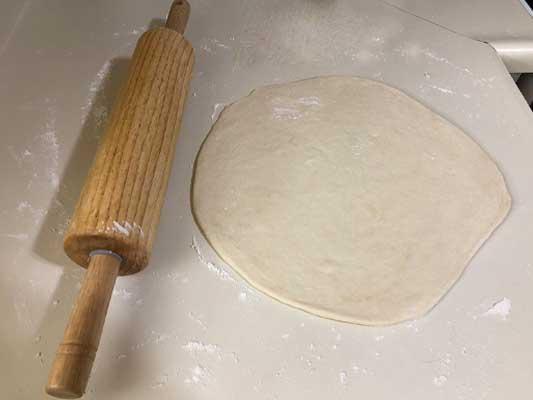 Aplatir la pâte avec un rouleau
