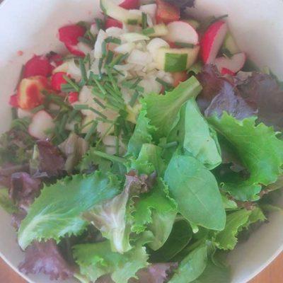 Une salade composée d'été