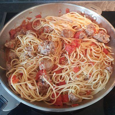 Spaghetti aux boulette de viande grillées et sauce tomate