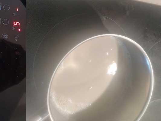Assaisonnez et faites bouillir le lait