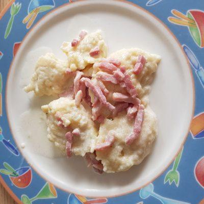 Quenelles alsaciennes au fromage blanc, lardons et croûtons de pain