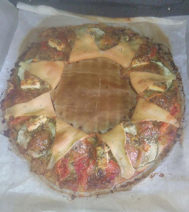 Pizza reine au pesto, légumes et fromages