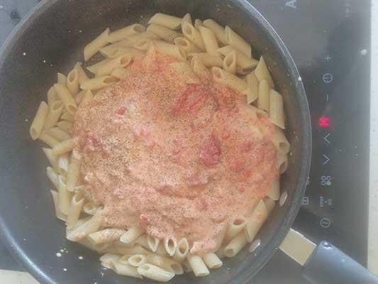 Mélangez la sauce avec les pâtes