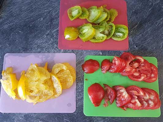 Tomates fraîches : jaunes, vertes et rouges